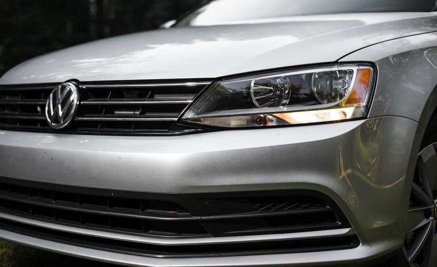 Đầu xe đặc trưng Volkswagen, rất sang trọng và mang nhiều nét cổ điển