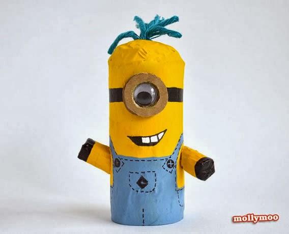 boneco com rolo de papel reciclado