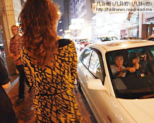 走在街上,途人都向男扮女裝的蘭子投以怒睥與歧視,他說「出櫃」以來,已經習慣了。