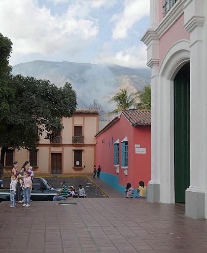 Gente y Avila en la Plaza de Petare