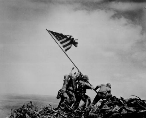 U.S. Marines Raising the Flag on Iwo jiwa (1945)