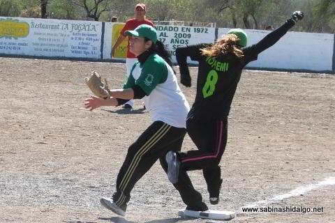 Hortencia Montemayor y Nohemí Pérez en el softbol femenil del Club Sertoma