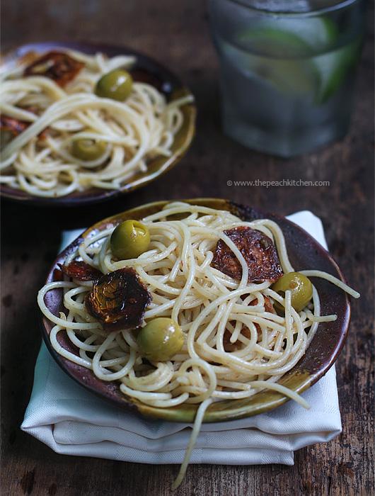 Spaghetti Aglio Olio with Sundried Tomato & Olives | www.thepeachkitchen.com