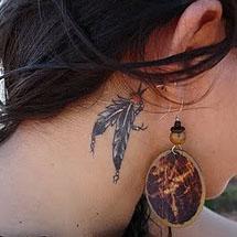 tattoo de penas atráz da orelha