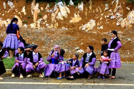 moc chau pys travel004 Tiếng nhạc trên trang phục người Mông ở Mộc Châu