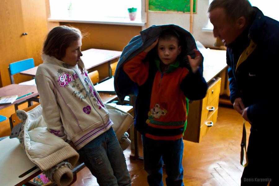 Учитель разговаривает с воспитанниками Ветринской школы-интерната.  / 5 марта 2011г. / д.Быковщина, Беларусь