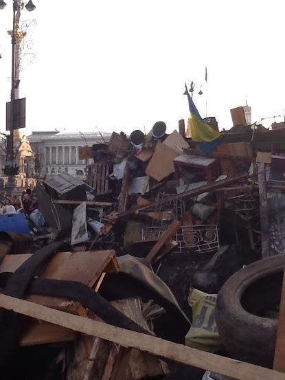 Шини, меблі, паркан і прапор України