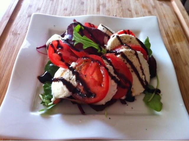 Tomaatti-mozzarellasalaatti