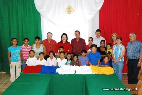Municipio dona uniformes escolares
