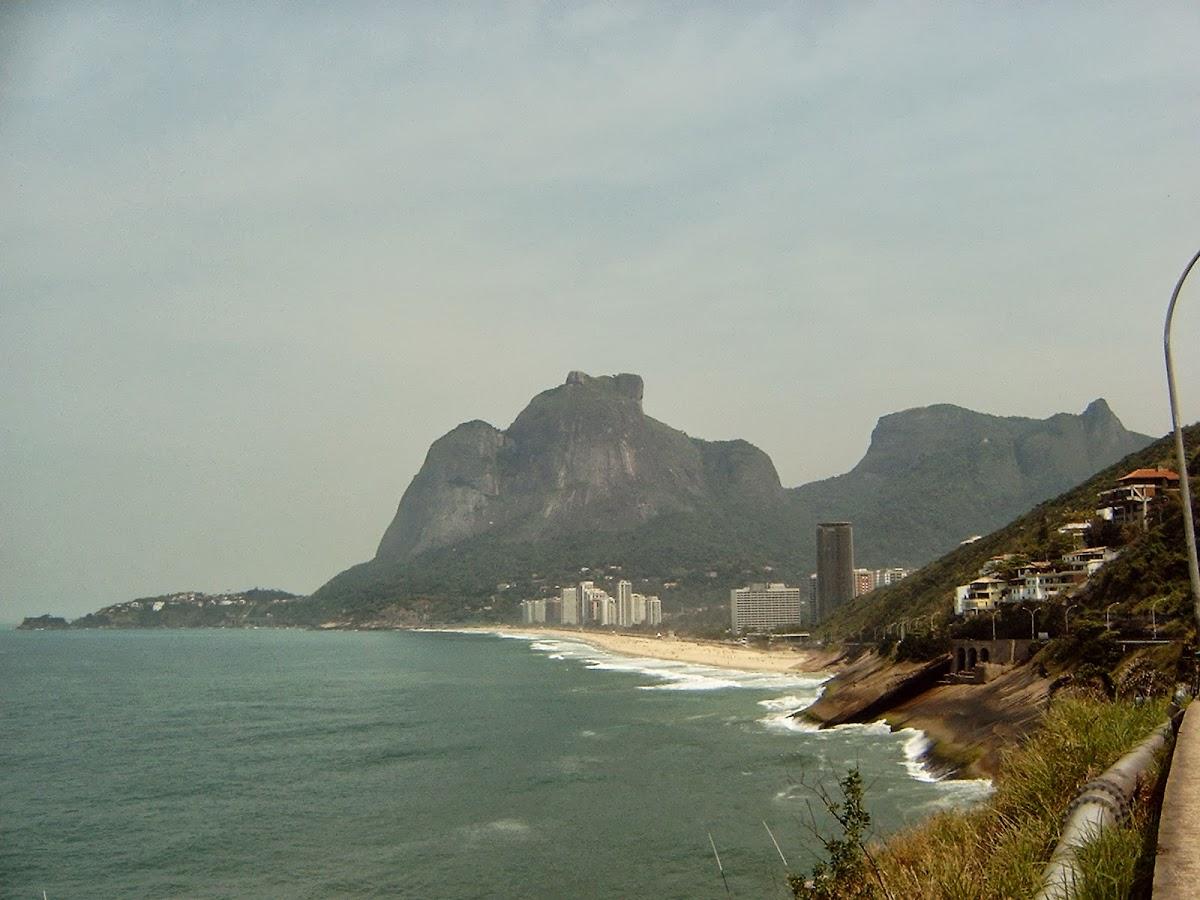 Der Pedra de Gávea in São Conrado. Rechts die letzten Ausläufer der Favela da Rocinha.
