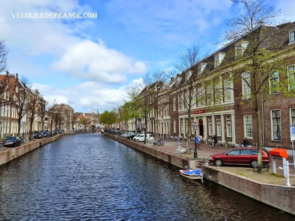 Canal dans Leiden - E-guide balade Evasion à vélo autour de Leiden par veloiledefrance.com