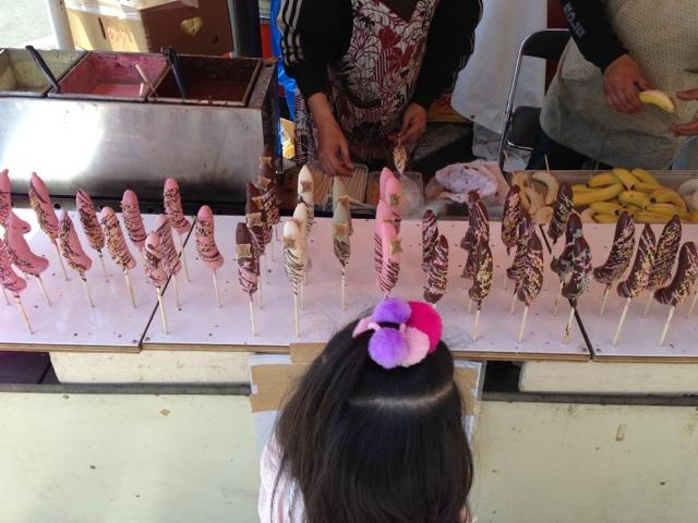 フラワーフェスティバルを楽しむ幼児