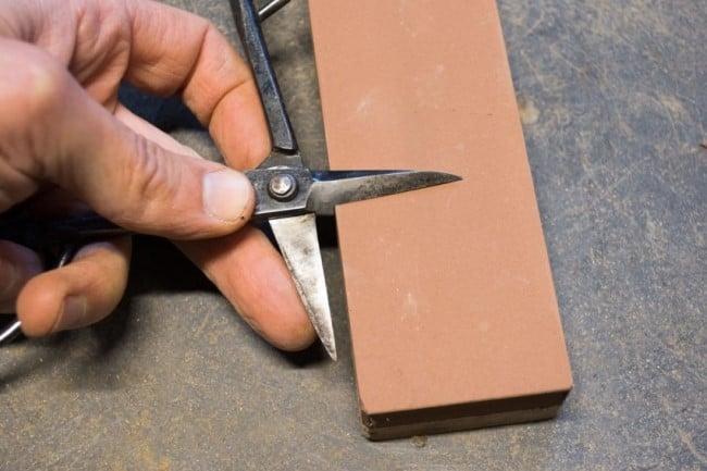 Заточка ножниц на точильном бруске