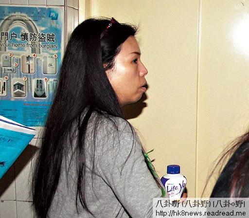 23/10熟女速逃 <br><br>記者向熟女查問與菇爹是否相識時,熟女即叫保安趕記者走。
