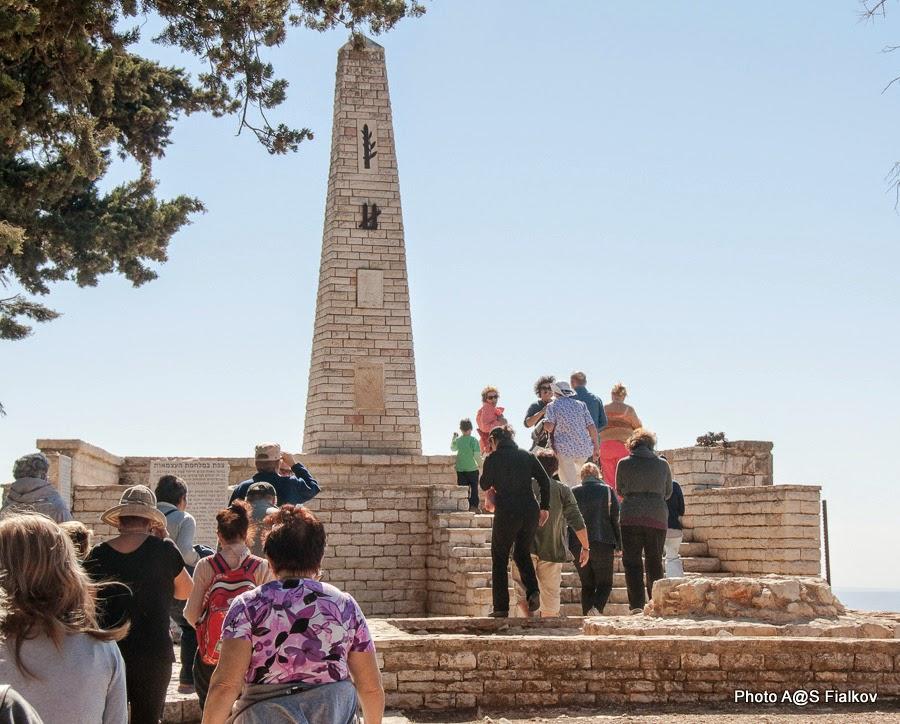 Цфат. Гив'ат а-Мецуда, у обелиска в память защитников Цфата в войне за Независимость. Экскурсия по Верхней Галилее. Гид в Израиле Светлана Фиалкова.
