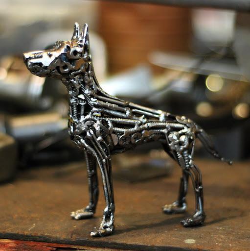 Metal köpek heykelciği