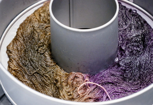 Dyeing yarn in cake tin