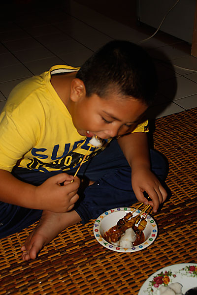 abang koning makan satay