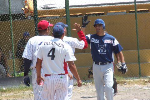 José Leza Montemayor de Tiburones felicitado en la Liga de Beisbol de Salinas Victoria