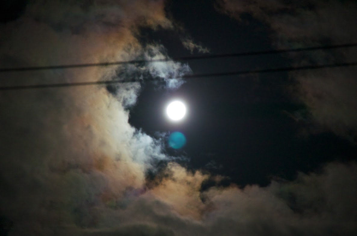 闇夜に滲む8月の満月