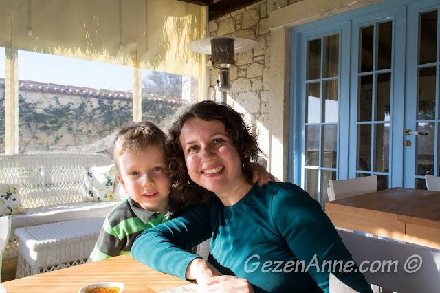 Asma Han otelin verandasında otururken, Alaçatı