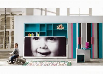 dormitorio infantil con cama abatible con fotografía de un niño