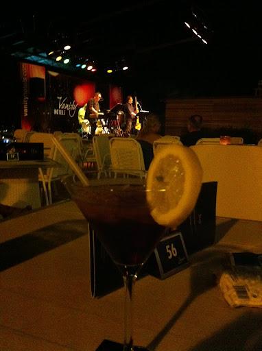 cocktail y actuación nocturna en el vanity suites de cala mesquida