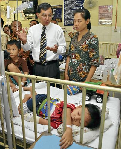 PRIHATIN...Mah (berdiri kiri) melawat kanak-kanak yang dirawat di Hospital Tapah dipercayai akibat wabak AGE