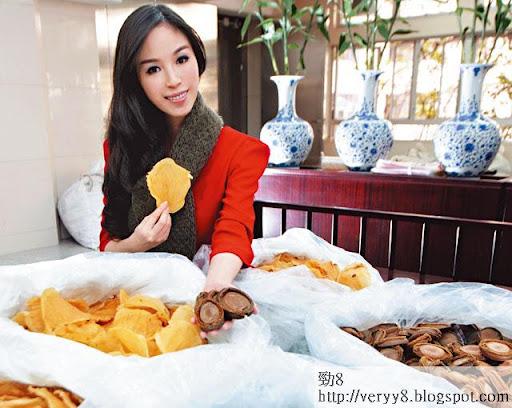 何倍倩落手落腳買海味,除了 9頭日本網鮑,她主攻 12頭 鰵膠。「我買海味要自己揀,手感同香味好緊要。」