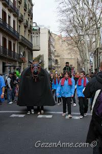 Santa Eulalia Festivali'ndeki dev kukla (gegants) geçidi, Barselona