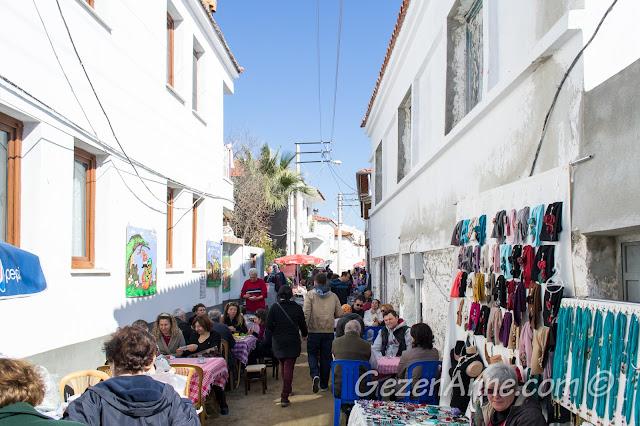 pazarda oturup çay içilebilen masalar, Sığacık pazarı Seferihisar
