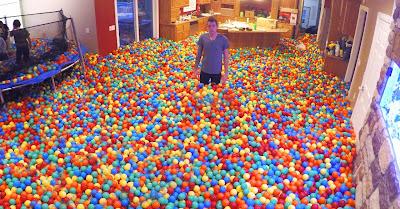 Youtuber inunda casa com milhares de bolas de plástico coloridas em partida engraçada