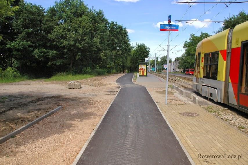 Zachowanie nawierzchni drogi dla rowerów bez krawężników i przejazdów. Brawo!