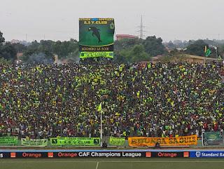 Des supprters de Vclub en liesse lors de la demi-finale aller dimanche 21 septembre au Stade Tata Raphaël contre CS Sfaxien. Ph Radio Okapi/Caniche Mukongo