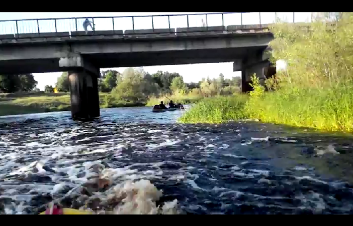 Геи развлекаются на берегу речки