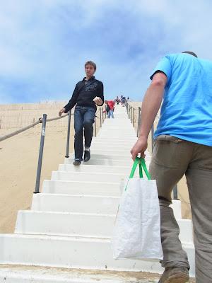 砂山を登る階段