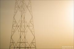 Pylône dans la brume
