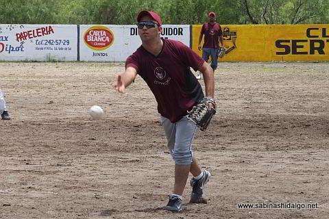 Marco Garza lanzando por Cerveceros en el softbol del Club Sertoma