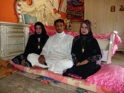 عراقي أغرم بفتاتين فتزوج بهما في ليلة واحدة