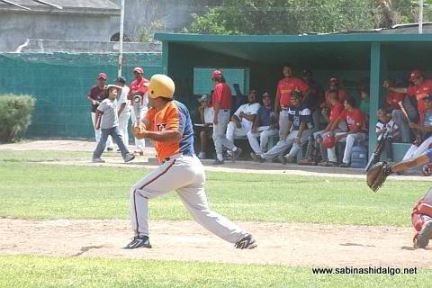 José Leza de León bateando por Mineros de Vallecillo en el beisbol municipal