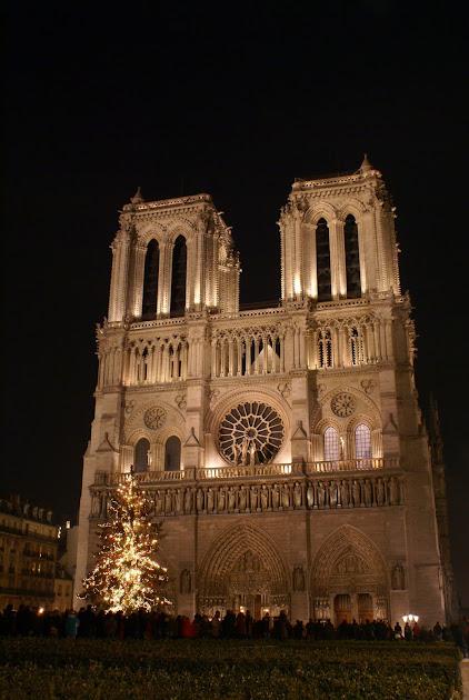 Рождественская елка перед собором Парижской богоматери в Париже, Рождество во Франции, рождество в Париже, рождественские рынки, рождественские рынки во Франции, рождественский рынок Страсбурга, рождественские службы, Нотр дам де Пари, собор Парижской богоматери, празднование рождества во Франции, традиционное рождество во Франции, традици рождества Франция, путеводитель Франция, достопримечательности Франция, Франция зимой, что делать во Франции зимой, что делать в Париже зимой,