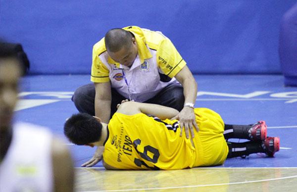 Jeric Teng, Shoulder Injury – UAAP Season 76 – Video
