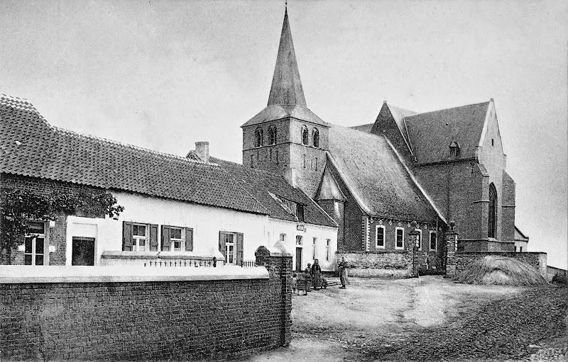 Kerk en Kostershuis in 1907 (Roosbeeksestraat 7-9). Fig. 1 uit 'Vertrijk'.