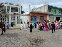 niños de la primaria en el desfile del 16 de Septiembre en Iramuco Gto