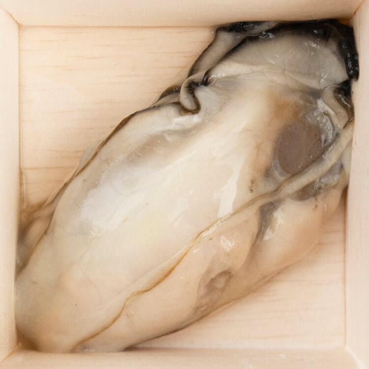 『好運』:吃蠔,沖好運!【廣島生蠔肉 × 6 顆】選用日本廣島牡蠣,品質好風味濃郁而不腥,肉身飽滿。已經去殼,在料理上更好處理。解凍後就可聞到的青草、甜瓜、小黃瓜的清新氣息,實在讓人食慾大開。