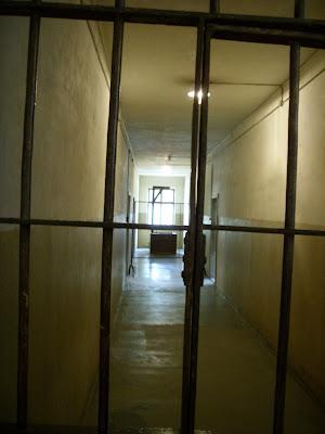 鉄格子で仕切られた廊下