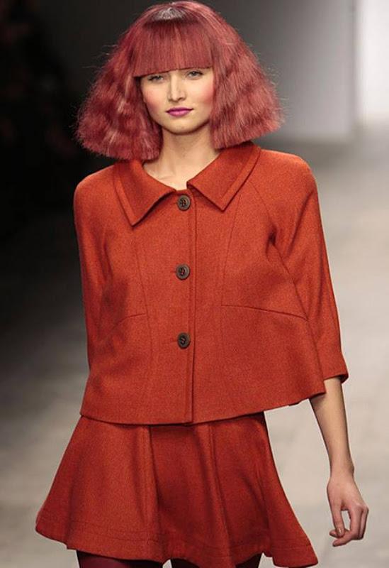 実写版ハマーン様と話題で赤い髪型の女性はポールコステロのファッションショーのモデル