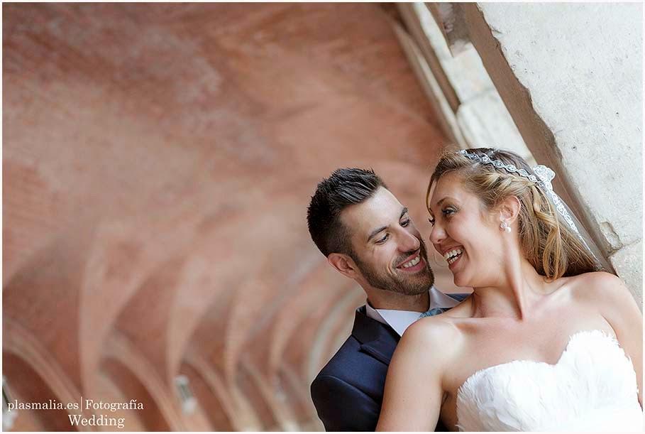 Fotografía de boda en Aranjuez. Los novios se abrazan al lado del Palacio Real.
