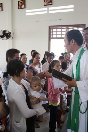 20 trẻ em lần đầu tiên được rửa tội trong nhà thờ Hòn Khói.