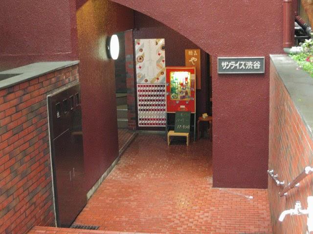 マンションの階段を降りたところにあるお店